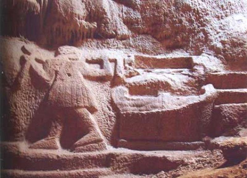 Το υπέροχο σπήλαιο με τις τοιχογραφίες, που απέχει μόλις 50 λεπτά από την Ομόνοια. Το είχε επισκεφθεί ο Πλάτωνας, το άλωσαν οι Χριστιανοί και κάνουν πια τελετές οι σατανιστές