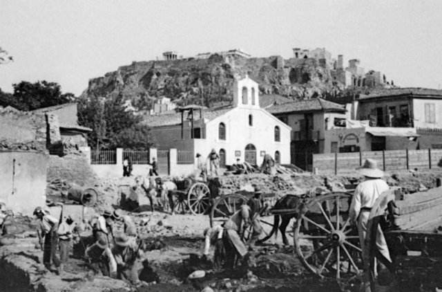 Η πρώτη ασφαλτόστρωση της Αθήνας ήταν και το πρώτο εργολαβικό σκάνδαλο. Αντέδρασαν οι χαμάληδες που κουβαλούσαν τις κυρίες για να μη λασπώνονται. Τότε που πούλαγαν βενζίνη μόνο τα φαρμακεία!