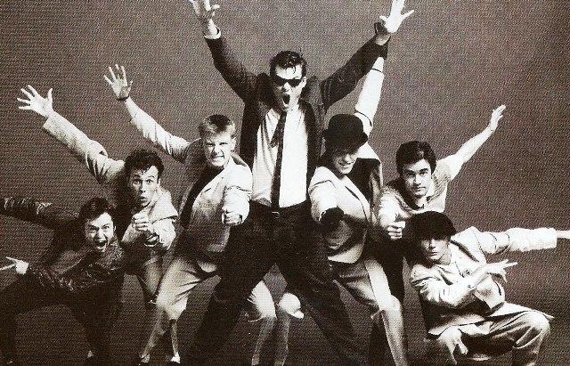 """Το μουσικό κίνημα που ταυτίστηκε με τους teddy boys, αλλά και τους skinheads. Οι οπαδοί του περιφρονούσαν τη Θάτσερ, τα σχέδια για το μέλλον και τη """"νέα αριστερά"""". Το περίφημο ΣΚΑ που είχε ως έμβλημα τη σκακιέρα"""