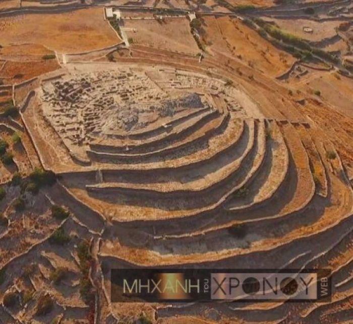 Ο λόφος του Σκάρκου βρίσκεται στο μέσον της δυτικής πλευράς της Ίου, απέναντι από τη Σίκινο