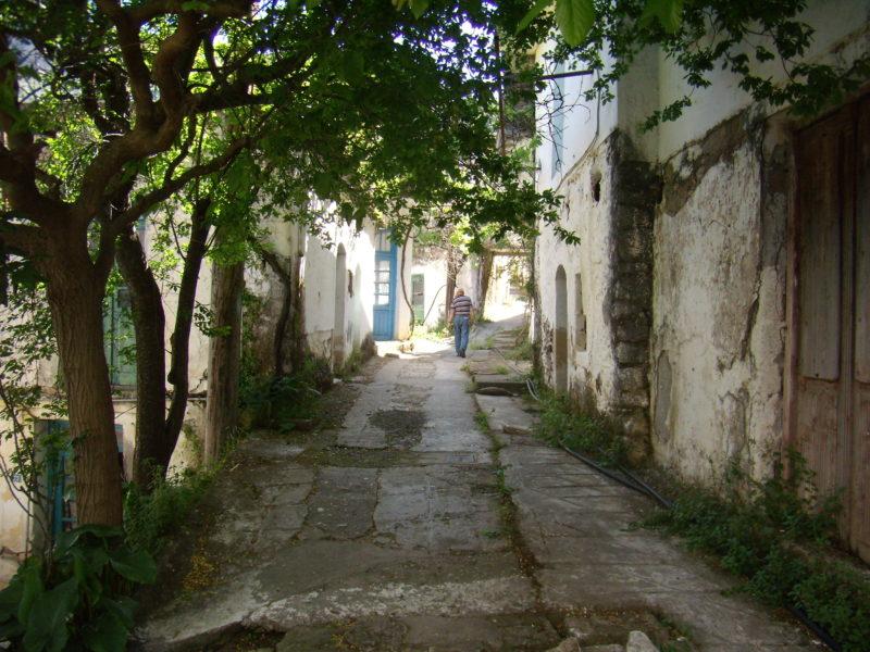 """""""Εδώ δεν μένει κανείς"""". Το εγκαταλελειμμένο χωριό της Κρήτης που ο χρόνος σταμάτησε στο '70. Εντυπωσιακές εικόνες από drone (βίντεο)"""