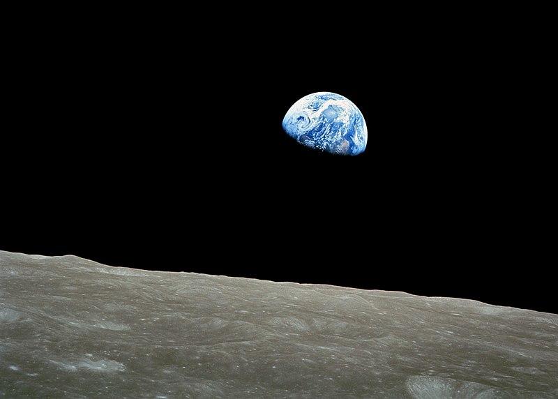 Οι άνθρωποι σε τροχιά γύρω από τη Σελήνη. Ανήμερα των Χριστουγέννων του 1968 τα τηλεοπτικά δίκτυα μετέδιδαν εικόνες από το πλήρωμα του Apollo 8, που διάβαζε αποσπάσματα από τη Γένεση