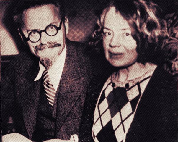 """H άφιξη του Τρότσκι και της συζύγου του στον Πειραιά με τουρκικό διαβατήριο. Συγκεντρώθηκαν κομμουνιστές να τον αποδοκιμάσουν και """"τροτσκιστές"""", για να τον αποθεώσουν."""