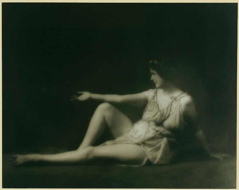 """Ισιδώρα Ντάνκαν, η """"ξυπόλυτη"""" χορεύτρια που εμπνεύστηκε από την ελληνική μυθολογία και φωτογραφήθηκε μπροστά από τις Καρυάτιδες. Πνίγηκε από το φουλάρι που μπλέχτηκε στις ρόδες του αυτοκινήτου της"""