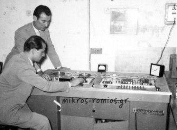Τα πρώτα βήματα του ραδιοφώνου στην Ελλάδα. Οι συσκευές κόστιζαν μέχρι και 50.000 δραχμές και οι ακροατές έπρεπε να πληρώνουν ετήσια συνδρομή