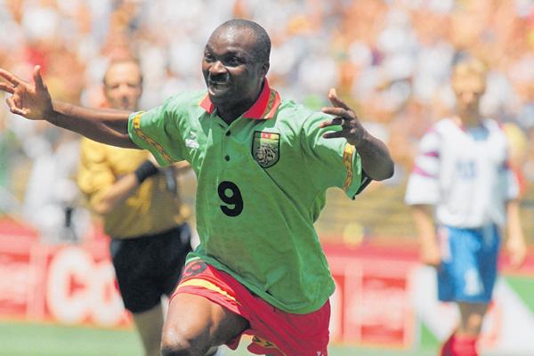 """Ο τρομερός χορός του Ροζέ Μιλά στο κόρνερ. Ο """"παππούς"""" του Μουντιάλ πήρε από το χέρι το Καμερούν και έφτασε την ομάδα μέχρι τα προημιτελικά του Παγκοσμίου Κυπέλλου 1990"""