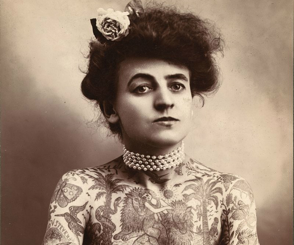 """Το σώμα της με τα τατουάζ έγινε θέαμα στο τσίρκο. Η πρώτη γυναίκα που """"χτύπαγε"""" τατουάζ  στους άλλους, ήταν ακροβάτης και πρωτοπόρος στη δερματοστιξία"""
