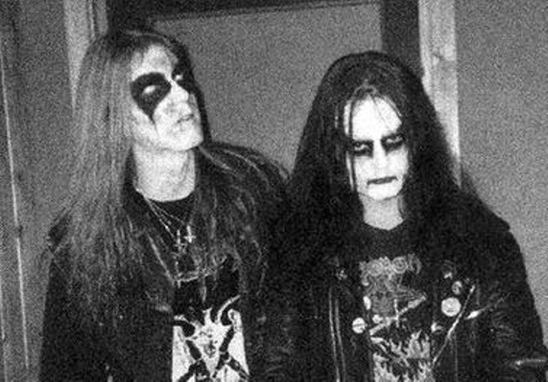 Ο τραγουδιστής αυτοκτόνησε και ο κιθαρίστας φωτογράφισε το πτώμα και το έκανε εξώφυλλο στο άλμπουμ! Στη συνέχεια δολοφονήθηκε από τον μπασίστα. Το ματωμένο συγκρότημα της μπλακ μέταλ