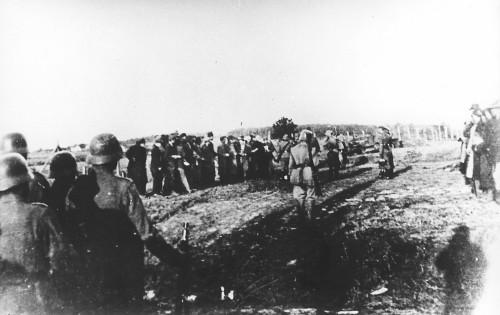 Οι Ναζί εκτέλεσαν μια ολόκληρη τάξη γυμνασίου και τους μικρούς λούστρους που αρνήθηκαν να γυαλίσουν τις μπότες τους. Η σφαγή του Κραγκούγιεβατς όπου χάθηκαν 2.800 Σέρβοι