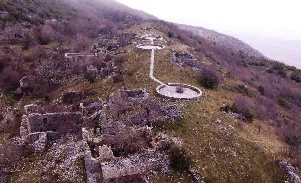 Μαυρονόρος, το χωριό-φάντασμα που έχτισαν κυνηγημένοι Ηπειρώτες και κάηκε τρεις φορές. Πως οδηγήθηκε σε σταδιακή εγκατάλειψη (drone)