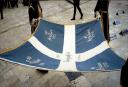 Η ελληνική σημαία που υψώθηκε πρώτη φορά στην ελεύθερη Κομοτηνή κεντήθηκε στο χέρι μέσα σε μια νύχτα. Τι συμβολίζουν οι πέντε ημερομηνίες που φέρει πάνω της