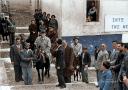 Ο καγκελάριος Κόνραντ Αντενάουερ πάνω σε γαϊδουράκι στην Σαντορίνη. Τι σηματοδότησε η επίσκεψη στην Ελλάδα, 10 χρόνια μετά την απελευθέρωση από τους Ναζί (βίντεο)