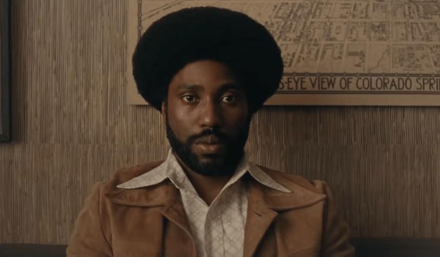 Ο μαύρος αστυνομικός που διείσδυσε στην Κου Κλουξ Κλαν! Πώς κατάφερε να συνομιλεί καθημερινά ακόμη και  με τον αρχηγό της ΚΚΚ χωρίς να γίνει αντιληπτός. Η ιστορία του έγινε ταινία (Βίντεο)