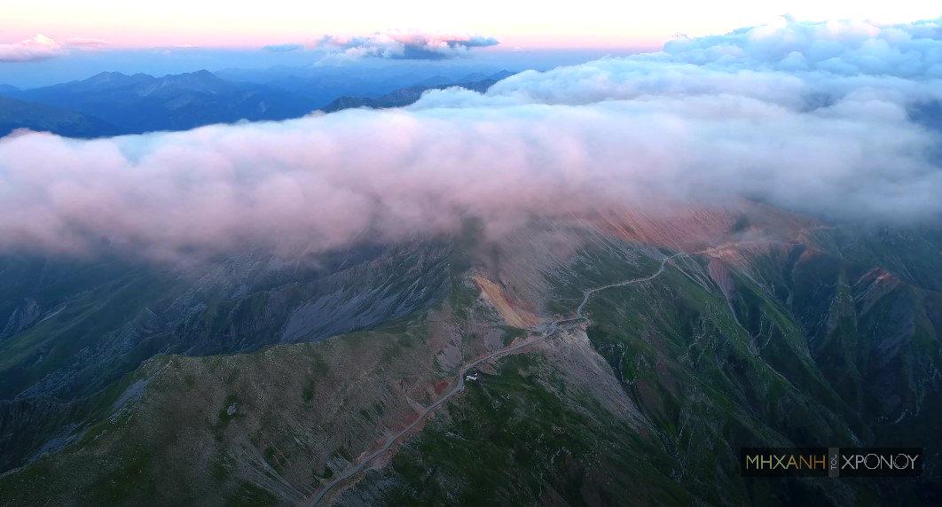 """Δείτε από ψηλά τον πιο """"ψηλό"""" ασφάλτινο δρόμο στην Ελλάδα. Βρίσκεται σε υψόμετρο 1900 μέτρα και συνδέει τα βλαχοχώρια των Τρικάλων με τα Τζουμέρκα (drone)"""