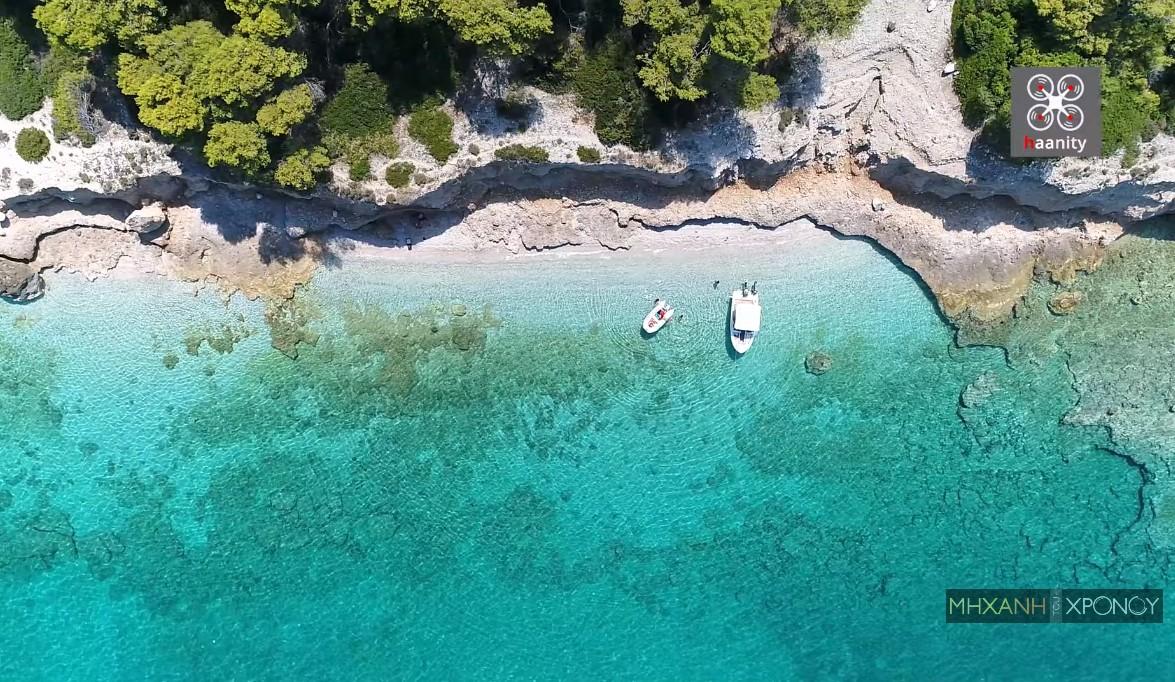 Ο κρυμμένος παράδεισος σε απόσταση μιάμισης ώρας από την Αθήνα. Η ειδυλλιακή παραλία, με τα σκυλόψαρα και το επικίνδυνο ρήγμα (drone)