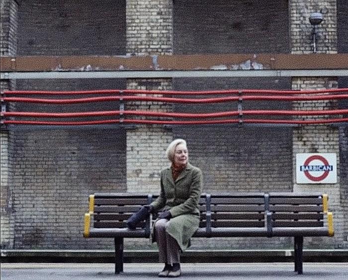 """Μια υπέροχη ιστορία αγάπης. Πήγαινε κάθε μέρα στο σταθμό για να ακούσει τη φωνή του άντρα της, που προειδοποιούσε: """"mind the gap"""""""