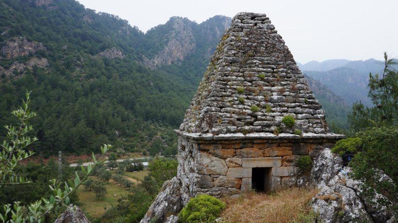 Οι Μουσουλμάνοι πίστευαν, ότι ο πυραμοειδής τάφος, ήταν ιερός χώρος του Ισλάμ. Τελικά είναι ο τάφος του κορυφαίου πυγμάχου Διαγόρα, στην Μαρμαρίδα.