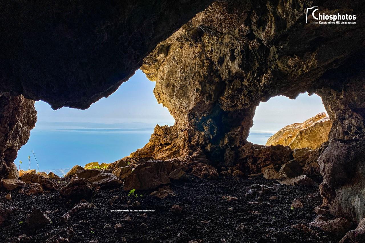 Δρακοντόσπηλος. Το αρχαίο σπήλαιο της Χίου με την συγκλονιστική θέα. Δείτε την επιγραφή στο εσωτερικό του (drone)