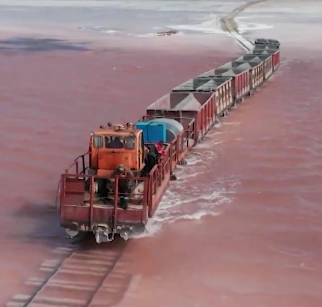 Ένα τρένο διασχίζει τη λίμνη! Οφθαλμαπάτη ή αλήθεια; Η λίμνη της Σιβηρίας που αλλάζει χρώμα το καλοκαίρι και φιλοξενεί τη γαρίδα με τα 3 μάτια