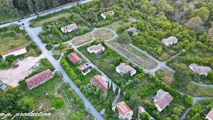 """Η """"μυστική πόλη"""" της ΔΕΗ στην Ήπειρο. Χτίστηκε για να στεγάσει τους εργαζόμενους, αλλά σήμερα έχει ερημώσει. Δείτε την από ψηλά (drone)"""