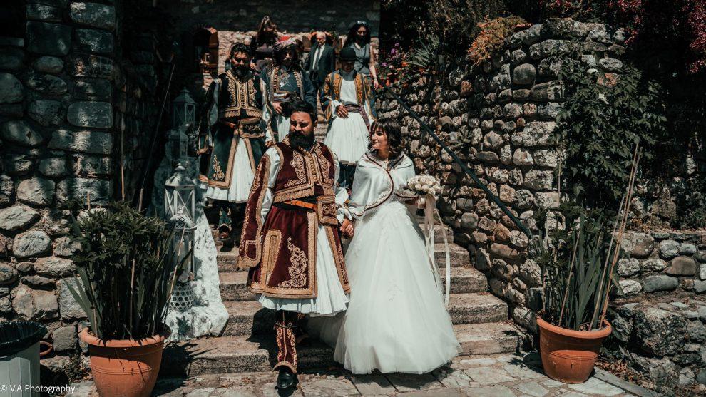 Το ζευγάρι που παντρεύτηκε σύμφωνα με τα έθιμα και τις φορεσιές του 1821.  Δείτε τα εντυπωσιακά πλάνα από  drone και ένα προικοσύμφωνο της εποχής