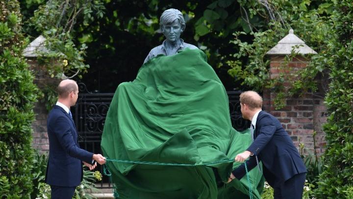 Άγαλμα της Νταϊάνα στους κήπους του Κένσιγκτον. Σχολιάζουν ότι δεν της μοιάζει οι Βρετανοί: «Γιατί μας δείχνετε την Τερέζα Μέι;»