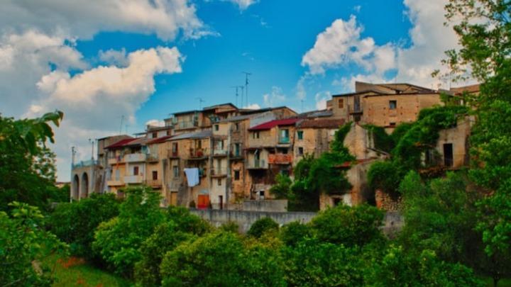 Δυο ευρώ, όσο κοστίζει ένα φλιτζάνι καφέ, δημοπρατεί είκοσι σπίτια χωριό της Σικελίας- Οι προϋποθέσεις