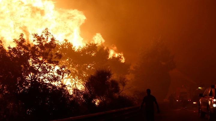 Μαίνεται η μεγάλη πυρκαγιά στις Αφίδνες. Καίγονται εγκαταστάσεις στον παράδρομο τις εθνικής οδού