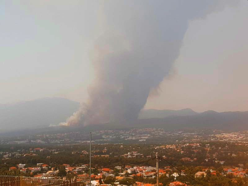 Στον πυρήνα του κτήματος η φωτιά στο Τατόι. Κινδυνεύουν οι χώροι φύλαξης ιστορικών αντικειμένων