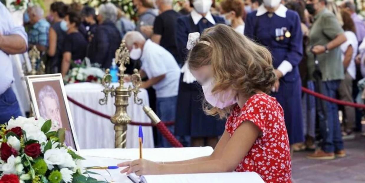 Το συγκινητικό μήνυμα του μικρού κοριτσιού για τον Μίκη Θεοδωράκη στο βιβλίο συλλυπητηρίων