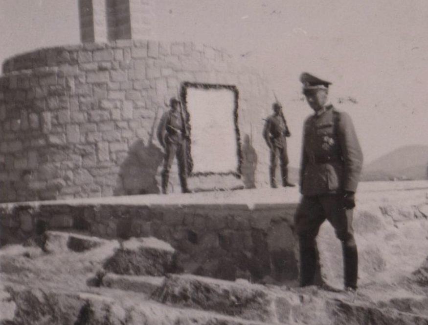 Σπάνιες φωτογραφίες από το άγνωστο μνημείο που ανέγειραν οι Γερμανοί στη Λήμνο. Οι κάτοικοι το γκρέμισαν στην απελευθέρωση