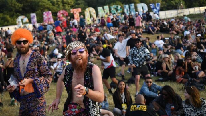 Τα ναρκωτικά των θεατών του φεστιβάλ Γκλάστονμπερι στη Βρετανία «απειλούν» τα χέλια γειτονικού ποταμιού