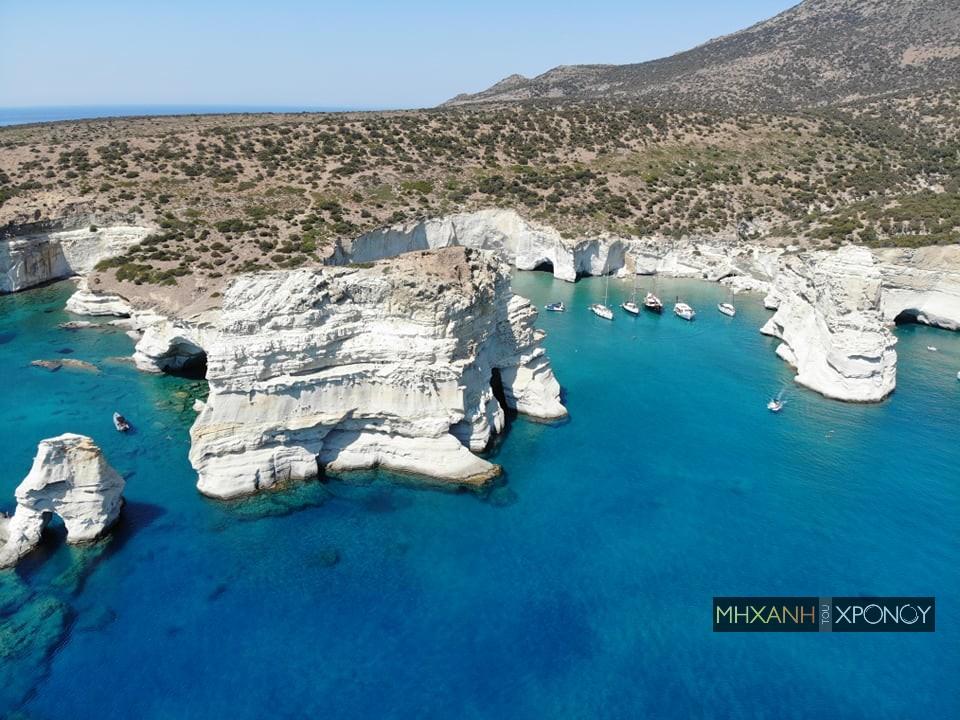 """Τα """"θαλασσινά Μετέωρα"""" με τις σπηλιές, όπου οι ναυτικοί πίστευαν ότι υπάρχει κρυμμένος μεγάλος πειρατικός θησαυρός (drone)"""