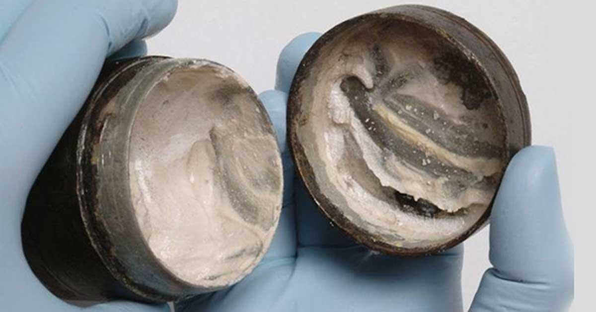 Κρέμα προσώπου ηλικίας 2.000 ετών! Το απίστευτο αρχαιολογικό εύρημα όπου διακρίνονται και οι δαχτυλιές στο καπάκι