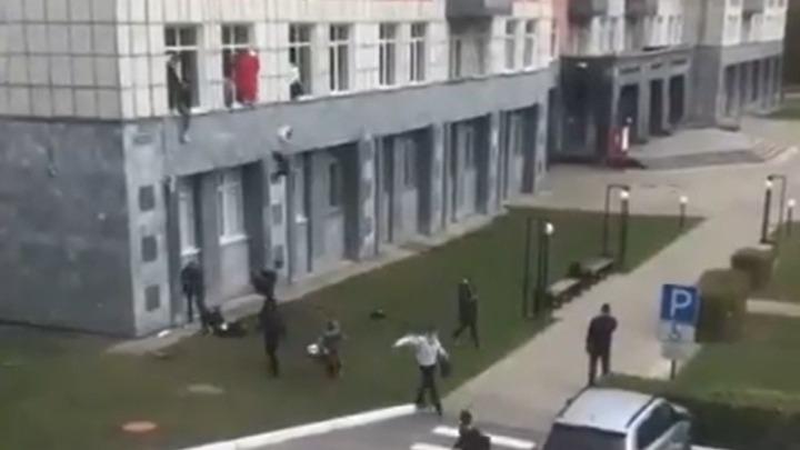 Οκτώ νεκροί από την επίθεση 18χρονου ενόπλου σε πανεπιστήμιο στη Ρωσία. Πηδούσαν από τα παράθυρα για να γλιτώσουν