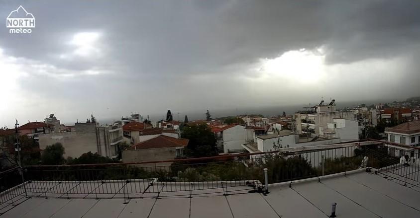 """""""Shelf Cloud"""". Το εντυπωσιακό σύννεφο που """"σκέπασε"""" τη Χαλκιδική – Πως δημιουργείται"""