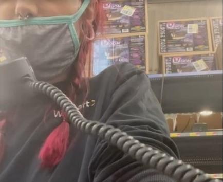 Εργαζόμενη κατήγγειλε από τα μεγάφωνα του καταστήματος τις συνθήκες εργασίας στη Walmart. Δείτε το βίντεο