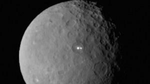 luminile misterioase si muntele piramida,gasite de NASA pe planeta Ceres
