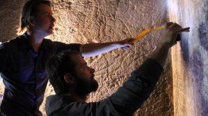 Wojciech Ejsmond si Daniel Takacs analizand inscriptiile hieroglifice