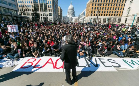 Mayor Paul Soglin speaking to peaceful youth protestors. Photo credit: Isthmus