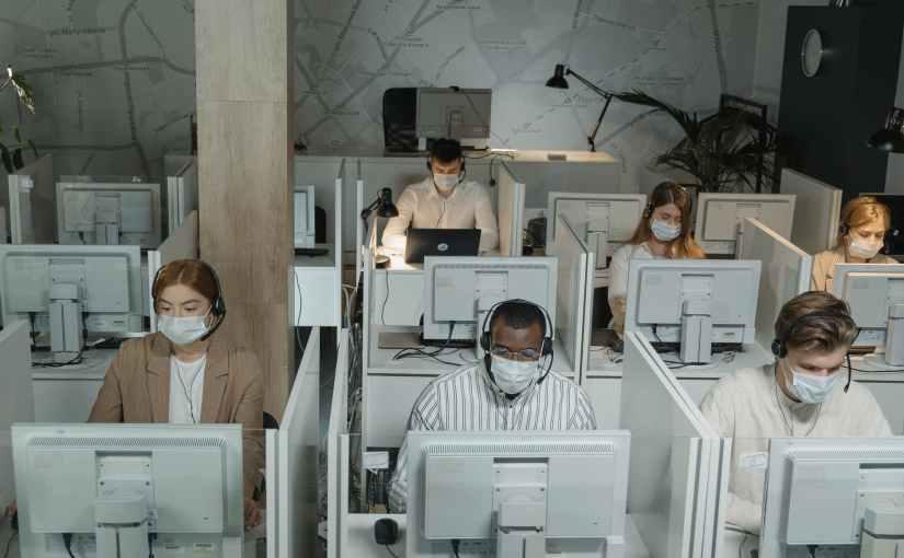 仕切り板で出社拒否の男性社員