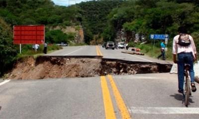 Daños en la autopista del Sol causados por la tormenta 'Manuel'. (Lenin Ocampo Torres / EFE)