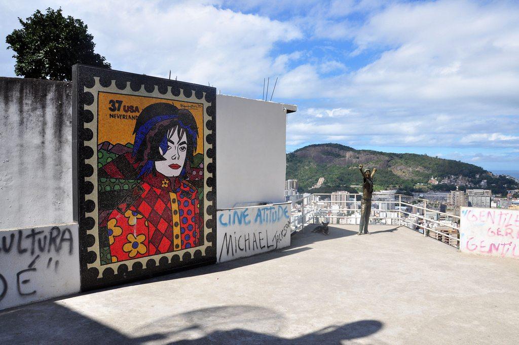 Michael 39 s lookout santa marta favela rio de janeiro for Jackson 5 mural