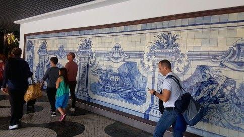 Accueillis par des azulejos à l'aéroport...