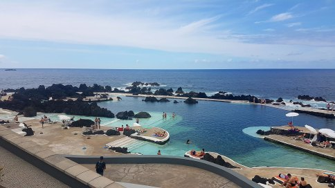 Vue de haut sur la piscine naturelle de Porto Moniz