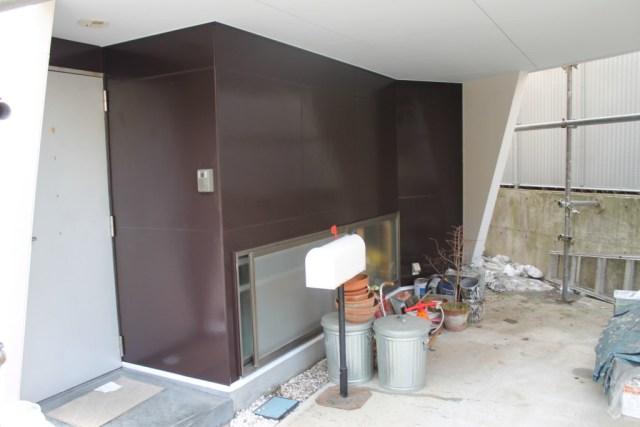 車庫の外壁のみ濃茶で塗装