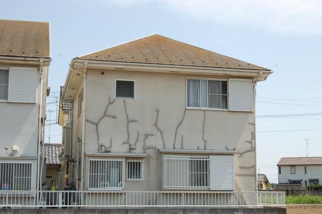 ひびの補修跡が目立つ外壁