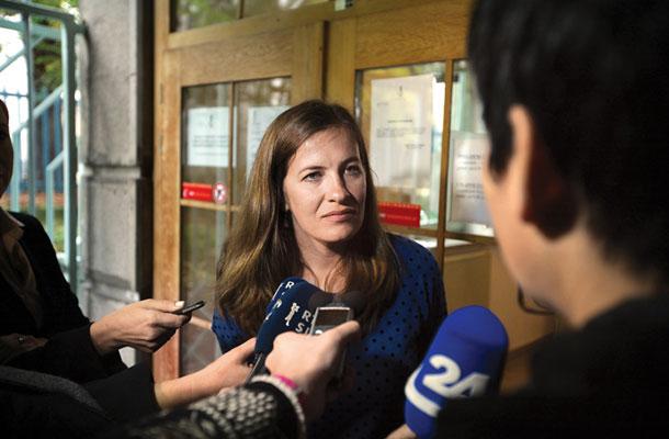 Novinarka Dela Anuška Delić ta teden pred ljubljanskim okrajnim sodiščem. Tožilstvo ji grozi s tremi leti zapora, ker naj bi objavljala državne skrivnosti: povezave med SDS in skrajnimi desničarskimi organizacijami.