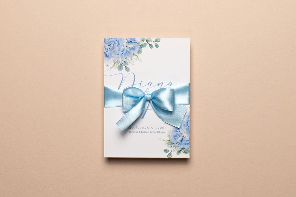 svadobné oznámenie s modrou hortenziou s mašľou