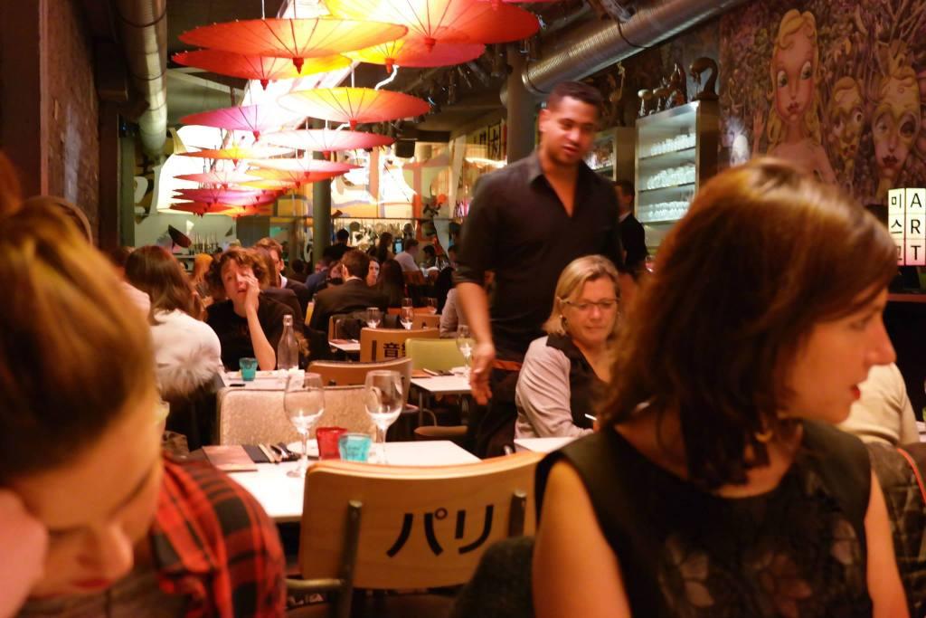 """Vue du restaurant en profondeur sur la partie """"cantine"""""""